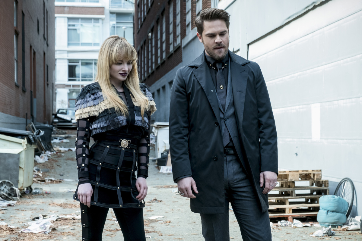 """The Flash -- """"The Once and Future Flash"""" -- FLA319a_0059b.jpg -- Pictured (L-R): Ashley Rickards as Rosalind Rosa Dillion and Grey Damon as Sam Scudder -- Photo: Katie Yu/The CW -- © 2017 The CW Network, LLC. All rights reserved."""