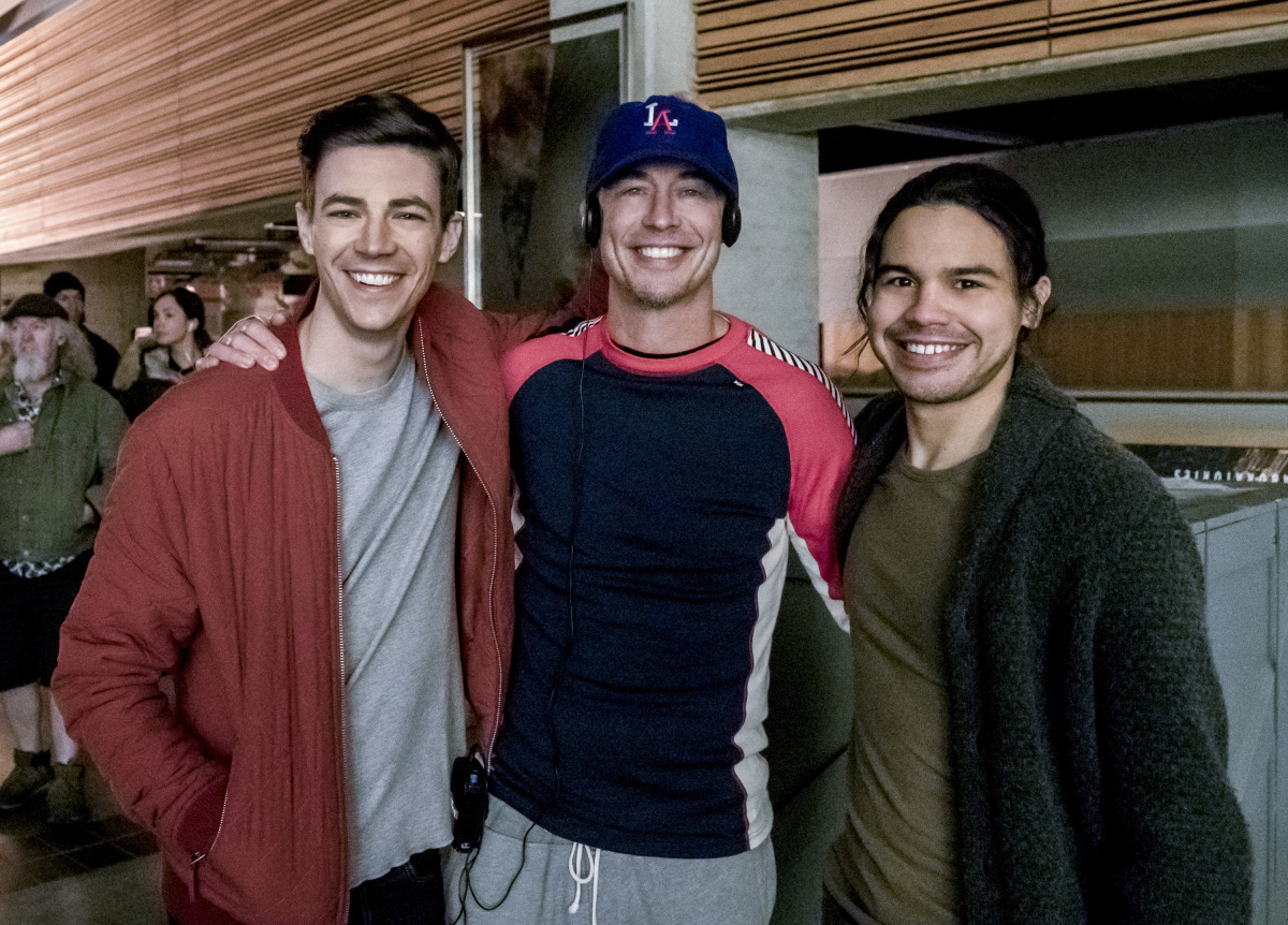 """The Flash -- """"The Once and Future Flash"""" -- FLA319a_BTS_0300b.jpg -- Pictured (L-R): Behind the scenes with Grant Gustin, Tom Cavanagh and Carlos Valdes -- Photo: Katie Yu/The CW -- © 2017 The CW Network, LLC. All rights reserved."""