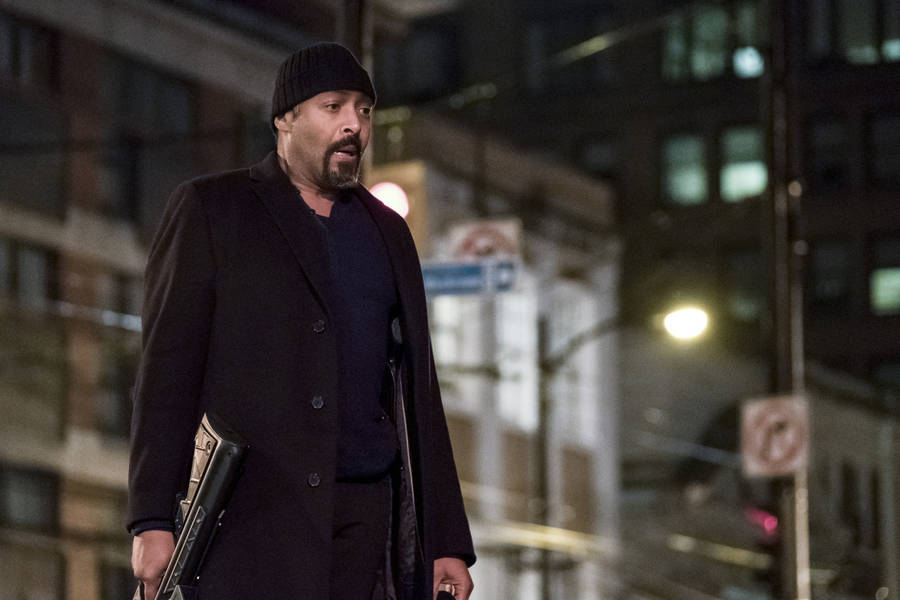 """The Flash -- """"Finish Line"""" -- FLA323a_0193b.jpg -- Pictured: Jesse L. Martin as Detective Joe West -- Photo: Katie Yu /The CW -- © 2017 The CW Network, LLC. All rights reserved."""