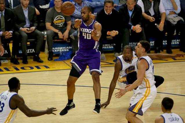 Sacramento Kings guard Arron Afflalo (40) dishes the ball in the first quarter as the Sacramento Kings face the Golden State Warriors at Oracle Arena in Oakland, Calif., on Wednesday, February 15, 2017.
