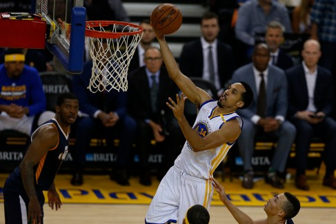 Golden State Warriors guard Shaun Livingston (34) throws it down for two points in the second half as the Utah Jazz face the Golden State Warriors at Oracle Arena in Oakland, Calif., on Monday, April 10, 2017.