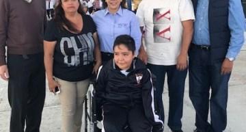 La SEG entrega silla de ruedas a alumno acambarense