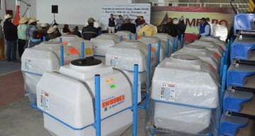 Entregan aspersoras a productores del municipio de Acámbaro.