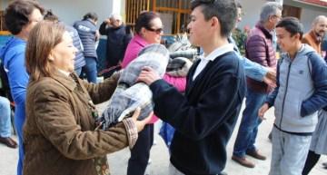 Maru Espinosa apoya  a la SEG en la entrega de cobijas