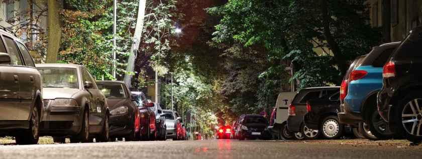 carros estacionados na rua a noite