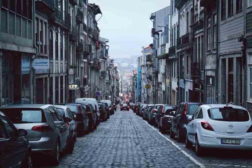 carros estacionados na europa