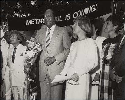 Ceremonia del inicio de construcción del sistema de trenes Metro. El entonces alcalde de Los Angeles Tom Bradley encabezó la ceremonia junto a ejecutivos de Metro Rail.