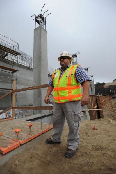 El trabajo de Javier como encargado de la seguridad en las zonas de construcción de Metro es muy delicado y minucioso. Nada escapa a su supervisión. (Foto Juan Ocampo/El Pasajero).
