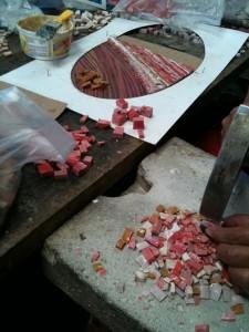 Los mosaicos de vidrio son separados en pequeñas piesas. En la foto uno de los trabajos casi termiandos de 27 pies de largo.