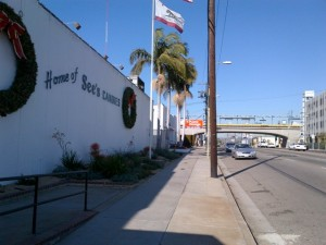 El edificio de See's Candies, a unos pasos de la estación La Ciénega de Expo.