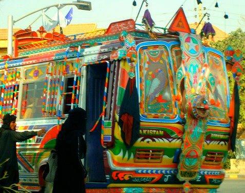 Las mujeres viajan en la parte delantera de los minibuses. (Foto Mansoor Khan)