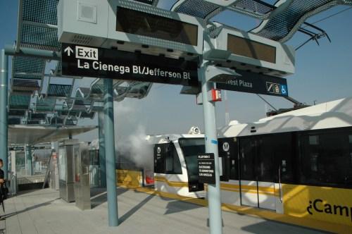Humo saliendo de uno de los vagones del tren en la plataforma aérea de la estación Jefferson/La Ciénega. (Foto José Ubaldo/El Pasajero).