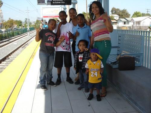 La familia de un conductor de trenes de Metro esperan su llegada a la estación Expo/Western para viajar todos juntos. Incluso el pequeñito ya esta listo para ir a Staples Center desde ahora. (Foto José Ubaldo/El Pasajero).