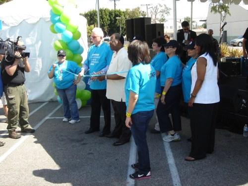 El supervisor Mark Ridley-Thomas cortó el listón que marco el inicio de las actividades comunitarias en la estación Expo/Crenshaw. (Foto José Ubaldo/El Pasajero).