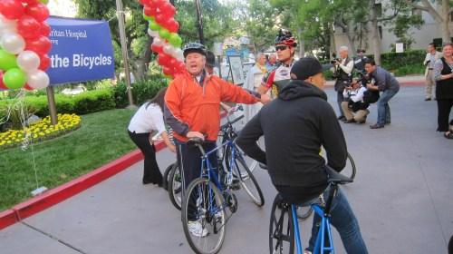 El Concejal de Los Angeles Tom LaBonge y el Andy Leeka, Presidente del Hospital del Buen Samaritano. (Foto Dave Sotero/El Pasajero).