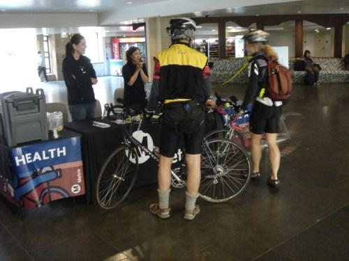 La mesa de descanso de Metro en Union Station fue atendida por Paula Carvajal y Sarah Tseng. (Foto José Ubaldo/El Pasajero).
