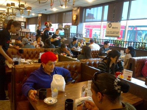 Gran ambiente dentro del restaurante en donde se disfrutó del pastrami número 19 como un desayuno esta mañana. (Foto Anna Chen/El Pasajero).