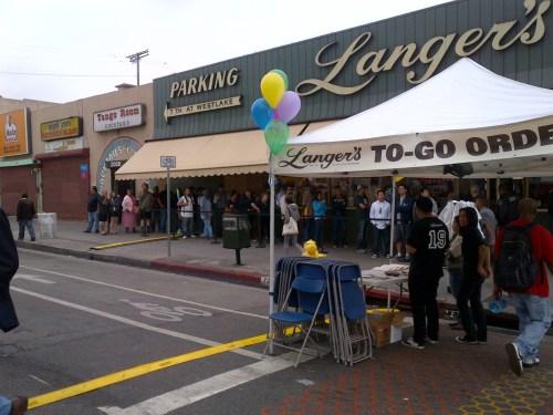 La calle Septima fue cerrada al tráfico para acomodar a la clientela de Langer's que hoy podrá pedir gratis el sandwiches # 19. (Foto Anna Chen/El Pasajero).