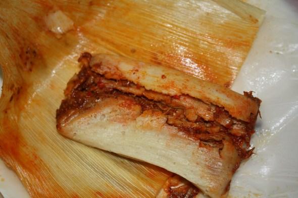 Los tamales de chile rojo tienen un sazón casero delicioso y la cantidad de carne con que lo rellenan hacen una combinación maravillosa. (Foto de Agustín Durán/El Pasajero).