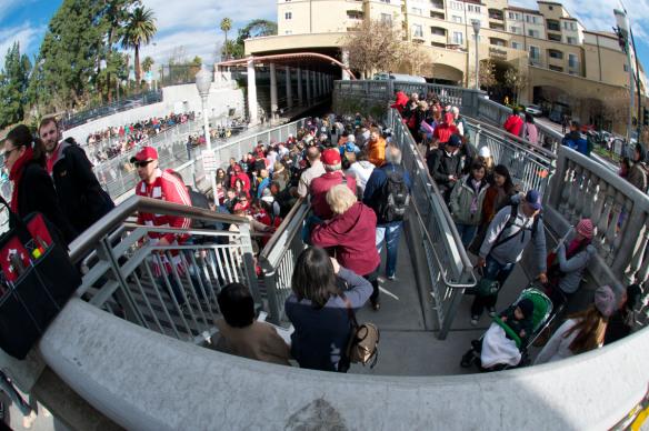 Los asistentes al Desfile de las Rosas salen de la estación Memorial Park, al tiempo que llegan los fanáticos del futbol. Foto: Gary Leonard/Metro.