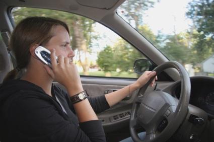 Hablar por teléfono y enviar mensajes de texto mientras se maneja son las prácticas que causan más accidentes.