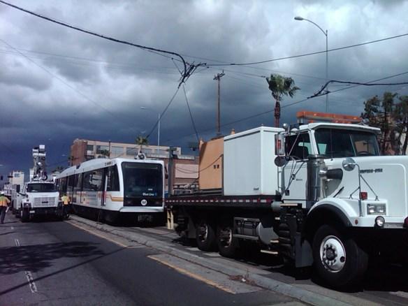Tren de la Línea Azul con los cables de energía enredados. (Foto Metro).
