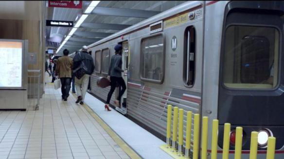Una mujer entra a un tren de Metro en el nuevo comercial de Google.
