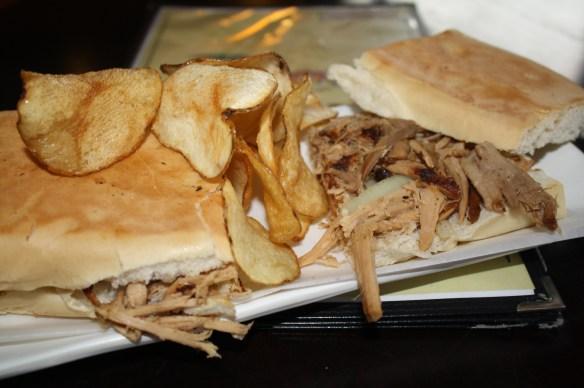 El sándwich de lechón es uno de los más solicitados.  Su tamaño es más grande a lo normal, al igual que su sazón.  (Foto de Agustín Durán/El Pasajero).