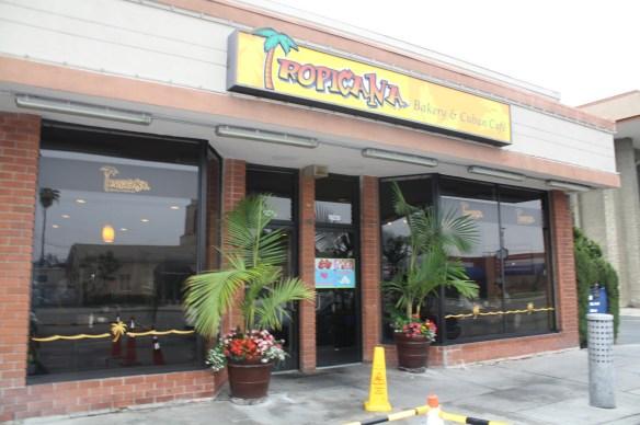 El restaurante Tropicana está ubicado casi en la esquina del bulevar Paramount y la avenida Florence en Downey.  (Foto de Agustín Durán/El Pasajero).