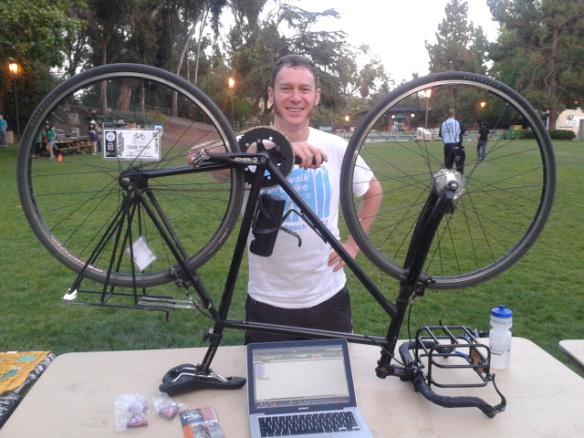 Justin con su bicicleta, con la que va a todas partes.