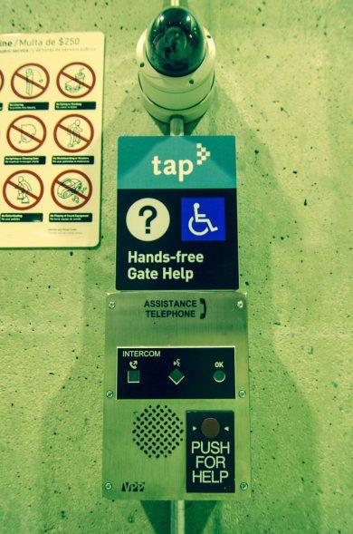Teléfono de ayuda para personas discapacitadas en Union Station. Foto: Steve Hymon/ Metro.