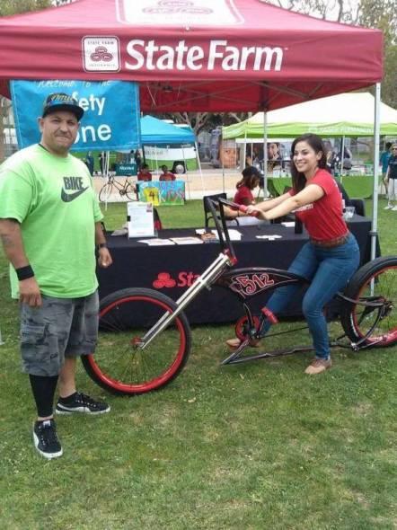 Javier Partida con una joven que prueba una nueva bicicleta.