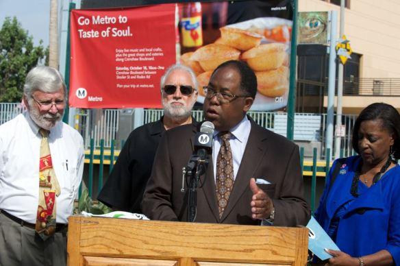 Mark Ridley-Thomas,  supervisor del condado de LA y vicepresidente de la Junta Directiva de Metro durante el evento en el que se dio a conocer la campaña para ayudar a los comerciantes de Crenshaw. Foto: Gary Leonard/Metro.