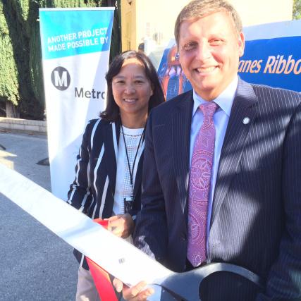 Ara Najarian y Lindy Lee, de Metro, cortan el listón para inaugurar oficialmente las obras. Foto: Paul Gonzales/Metro.