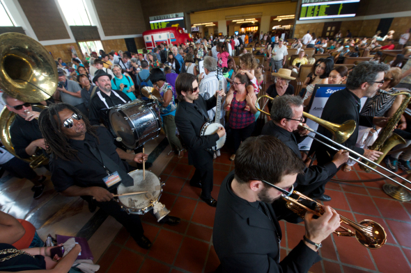 La banda Mudbug Brass en Union Station el año pasado. Foto: Metro.