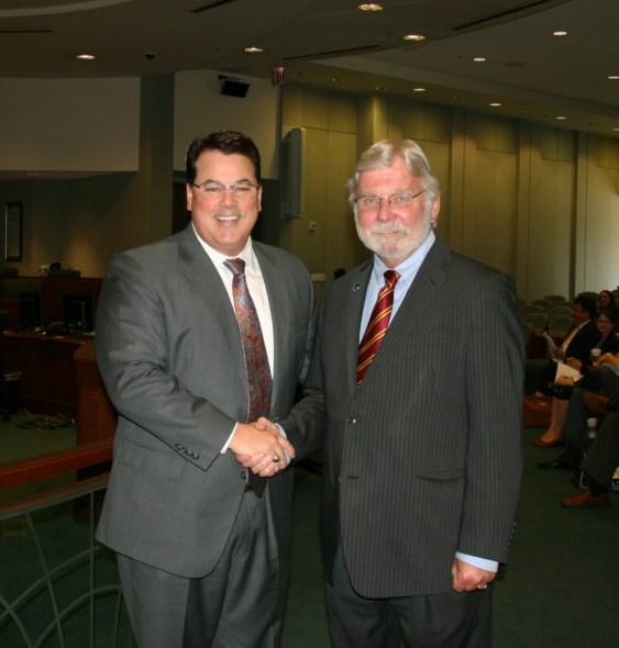 De izq. a der.,el presidente de la Junta de Metrolink, Shawn Nelson y el próximo director general ejecutivo de Metrolink, Art Leahy. Foto: Metrolink.