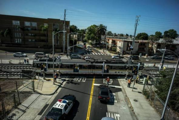 El tren pasa por el cruce de Bagley Avenue con su propia electricidad. Foto: Jeff Zucker/Expo Line Construction Authority.