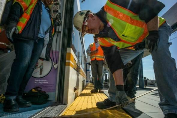 Trabajadores toman las medidas para el paso del tren. Foto: Jeff Zucker/Expo Line Construction Authority.