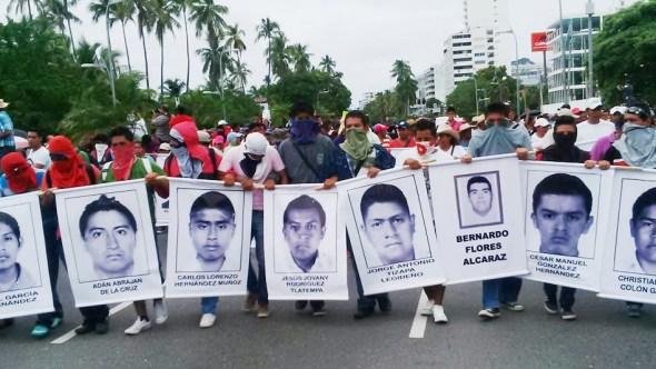 Padres de los jóvenes desaparecidos de Ayotzinapa.