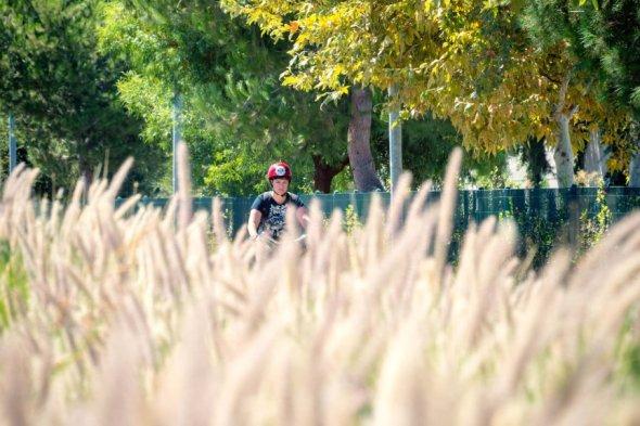 Ciclista en la Línea Naranja. Foto: Steve Hymon/Metro.