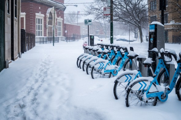 Una estación de bicicletas Divvy en el invierno.