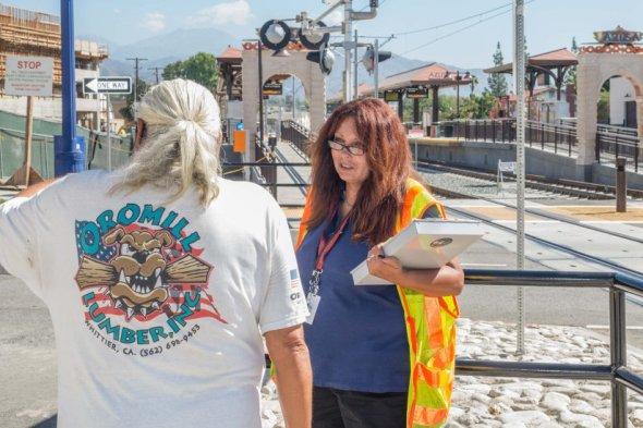 Una embajadora de seguridad en la estación Azusa Downtown. Foto: Steve Hymon/Metro.