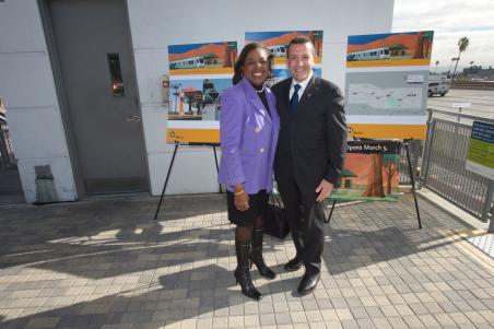 Jackie Goldberg y el director general ejecutivo de la Dirección de Construcción de la Extensión a Foothill, Habib Balian.
