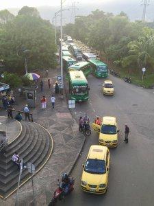 Autobuses y taxis afuera de las estaciones de trenes.