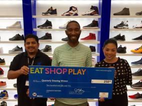 De izquierda a derecha, Sheikh Shoes, el ganador;Anthony W. y BCH Mall.