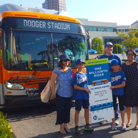 La subdirectora general de Metro, Stephanie Wiggins, con la familia ganadora. Foto: Juan Ocampo.