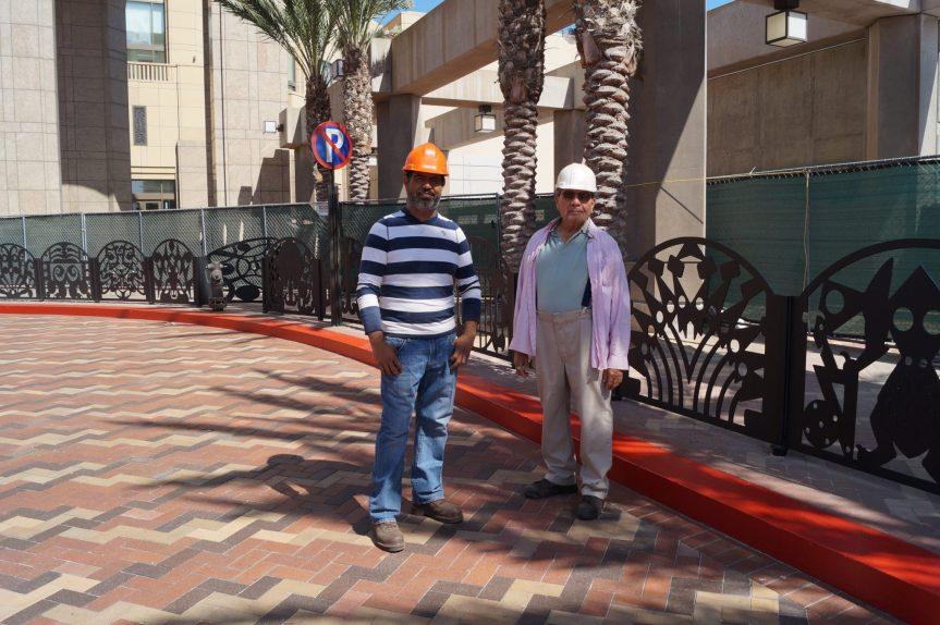 Michael Amezcua (izquierda) y su asistente, Javier Rivera.