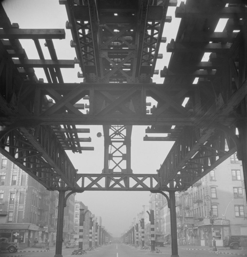 Las vías originales del tren en Second Avenue, en Manhattan, se demolieron en 1942. Foto: Wikimedia Commons.