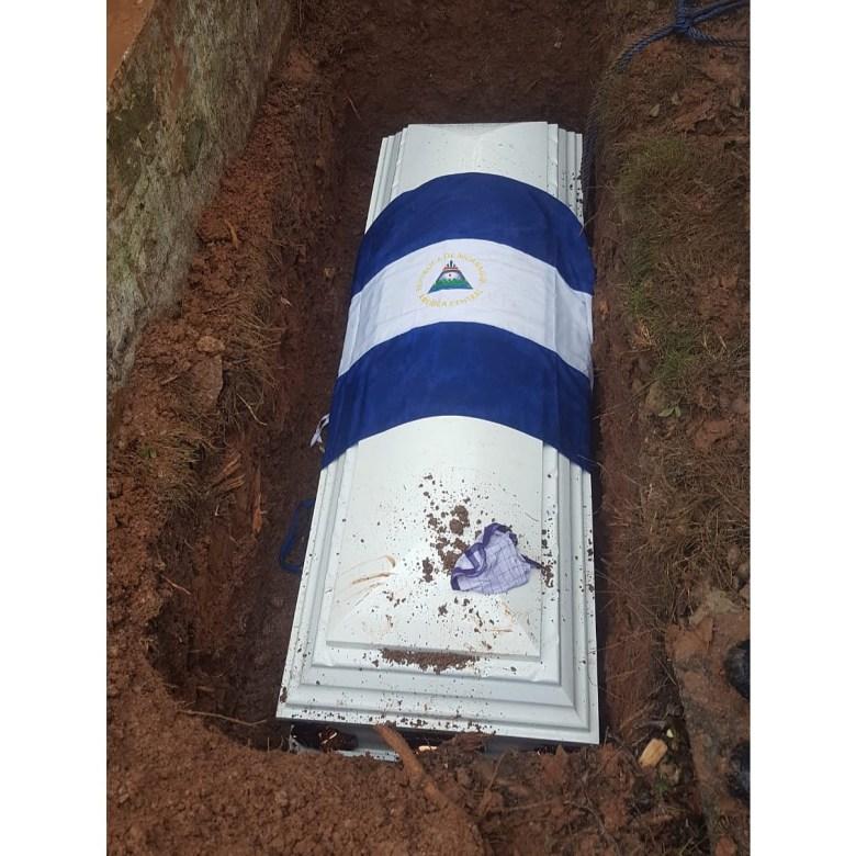 Directamente en la tierra. Así quería BamBam que lo enterraran, según su familia. LA PRENSA/CORTESÍA