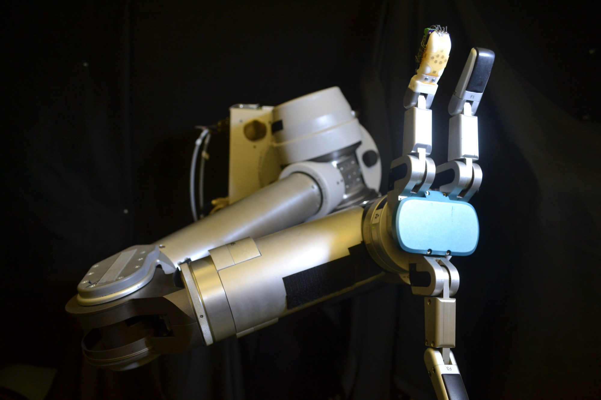 hight resolution of photo of robot arm with skin on finger
